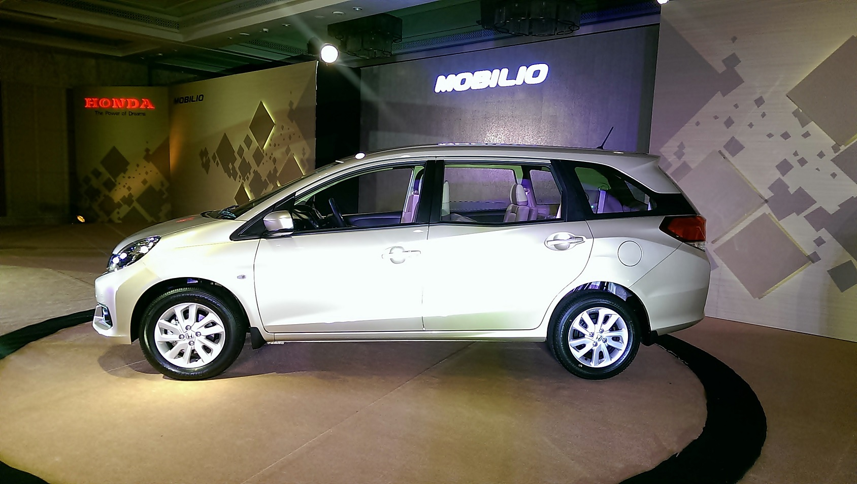 Honda Becomes An Innovative People Mover With Mobilio Auto
