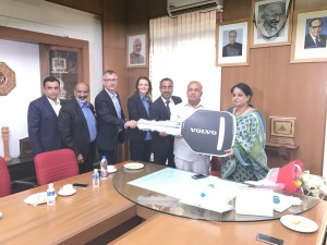 R. Ramalinga Reddy, Honourable Minister for Transport, Government of Karnataka receiving the symbolic key to the Volvo 8400 City Bus featuring a 'Made-in-India' 8-litre engine from Akash Passey, Senior Vice President, Region International
